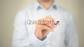 Квалификация, сочинительство человека на прозрачном экране Стоковое фото RF