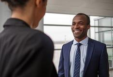 Квалифицированные коллеги имеют приятный переговор Стоковые Фотографии RF