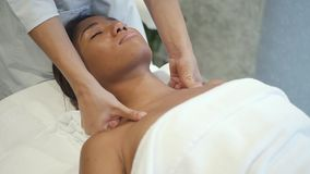 Квалифицированный мастер массажа делая шею поднимаясь в салон спа сток-видео