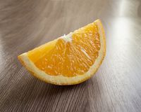 Квартал апельсина на таблице Стоковая Фотография