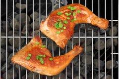 2 квартала жареного цыпленка BBQ на горячем гриле угля Стоковое фото RF