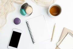 Квартира взгляд сверху кладет пустой модель-макет тетради и сотового телефона с macarons и чашкой чая Искусство, писать концепцию стоковое фото