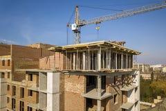 Квартира или высотное здание офиса под конструкцией, взглядом сверху Кирпичные стены, леса и конкретные штендеры поддержки Кран б стоковое изображение rf
