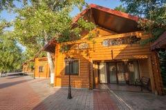 Квартира праздника - деревянный коттедж в лесе Стоковое Изображение RF
