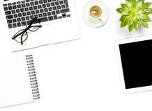 Квартира рабочего места офиса кладет кофе экрана таблетки тетради компьтер-книжки Стоковые Изображения