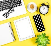 Квартира рабочего места офиса кладет кофе c таблетки тетради компьтер-книжки модель-макета Стоковая Фотография RF