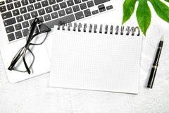 Квартира рабочего места офиса кладет лист зеленого цвета тетради компьтер-книжки Стоковые Изображения RF