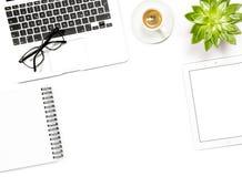 Квартира рабочего места офиса кладет coffe ПК таблетки тетради компьтер-книжки модель-макета Стоковое Фото