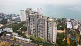 Квартира Ривьера Wongamat Hong, Паттайя, Таиланд Основной вид с воздуха солнечного дня взгляда залива Паттайя сверху r сток-видео