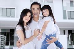 Квартира счастливой покупки семьи новая Стоковое Изображение