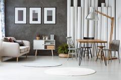 Квартира с деревянной таблицей hairpin Стоковые Фото
