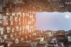 Квартира толпы города Гонконга против голубого неба Стоковые Фотографии RF