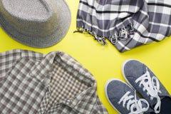 Квартира ` s женщины кладет рубашку шарфа тапок шляпы одежд серую Стоковая Фотография