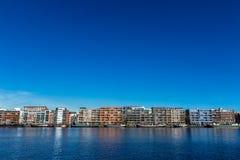 Квартиры и дом barges на острове Амстердаме Ява, Нидерландах Стоковое Изображение