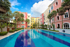 Квартиры с красивым бассейном Стоковые Изображения RF