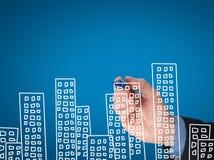 Квартиры чертежа руки бизнесмена на визуальном экране Стоковая Фотография RF