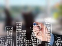 Квартиры чертежа руки бизнесмена на визуальном экране Стоковые Фотографии RF