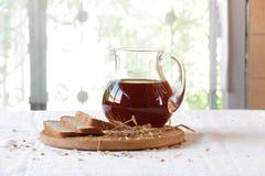 Квас (kvas) в прозрачном хлебе кувшина и рож Стоковое Фото