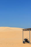 Квад в пустыне - белой песчанной дюне Стоковые Фото