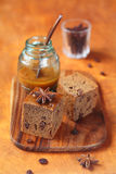2 квадрата вегетарианского торта кофе меда с изюминками Стоковая Фотография RF