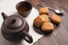 Квадратная кружка чая с печеньями shortbread Стоковое Изображение RF