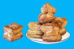 Квадратное печенье круассана слойки изолированное на голубой предпосылке Стоковое Изображение RF