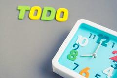 Квадратные часы на 8 часах с формулировками todo на серой предпосылке Стоковое Фото