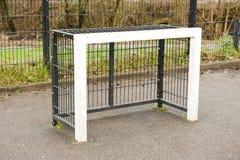 Квадратный взгляд скоса стойка ворот футбола школьного двора Стоковое Фото