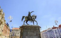 Квадратный запрет Josip Jelacic с туристами и трамваями на летний день в Загребе Стоковые Фото