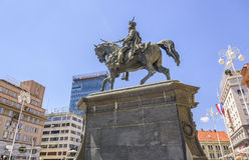 Квадратный запрет Josip Jelacic с туристами и трамваями на летний день в Загребе Стоковое Фото
