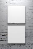 2 квадратных плаката вися на стене художественной галереи Стоковая Фотография RF