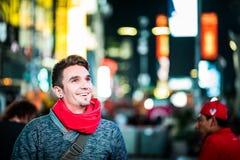 Квадрат времени счастливого фотографа посещая в Нью-Йорке и смотреть Стоковые Изображения