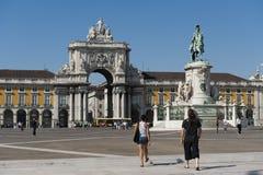 Квадрат коммерции в Лиссабоне, Португалии, с статуей и ориентир ориентирами Стоковые Фото