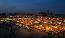 Квадрат на вечере - Marakech Jemaa el-Fnaa, Марокко стоковые изображения