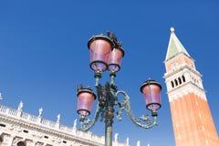 Квадрат Сан Marco - Венеция Италия/дворец дожа и колокольня St Mark в аркаде Сан Marco (квадрате St Mark) в городе Vene Стоковые Фотографии RF