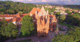 Квадрат собора городка Вильнюса старые и холм 3 крестов в предпосылке Литва Свет времени захода солнца сток-видео