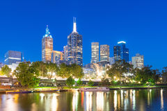 Квадрат федерации и Мельбурн CBD на ноче Стоковые Фото