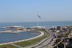 Квадрат флага Азербайджана Взгляд сверху на городе и море Стоковое фото RF