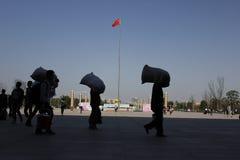 Квадрат людей пересекая Стоковые Фотографии RF