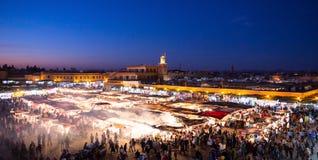 Квадрат Djemaa el-Fna на ноче стоковые фотографии rf
