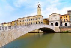 Квадрат garibaldi аркады моста Ponte di mezzo соединяясь и ратуша Пизы, Италии Стоковые Изображения RF