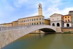 Квадрат garibaldi аркады моста Ponte di mezzo соединяясь и ратуша Пизы, Италии Стоковое фото RF