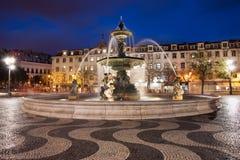 Квадрат Rossio на ноче в Лиссабоне Стоковые Изображения