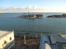 Квадрат ` s острова и St Mark Сан Giorgio Maggiore как увидено от колокольни колокольни, Венеции Стоковое фото RF