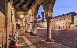 Квадрат Vespa колоннады Mantua Стоковая Фотография