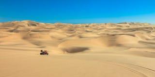 Квад управляя в пустыне песка ATV в середине нигде Стоковые Изображения RF