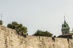 КВЕБЕК (ГОРОД), КАНАДА 13 09 2017: Вход крепости строба ` s St. John к старой улице городка при люди сидя на верхней части Стоковые Фото