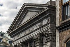Квебек Канада 13 09 2017 человек на старом здании банка неба облака Монреаля Квебека (город) во время хмеля на путешествии шины Стоковая Фотография