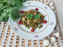 Квиноа величает овощи стручковой фасоли на плите Стоковое Изображение RF