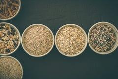 Квиноа, коричневый рис, семена и овсы Вся концепция зерна и натуральных продуктов для вегетарианцев стоковое фото